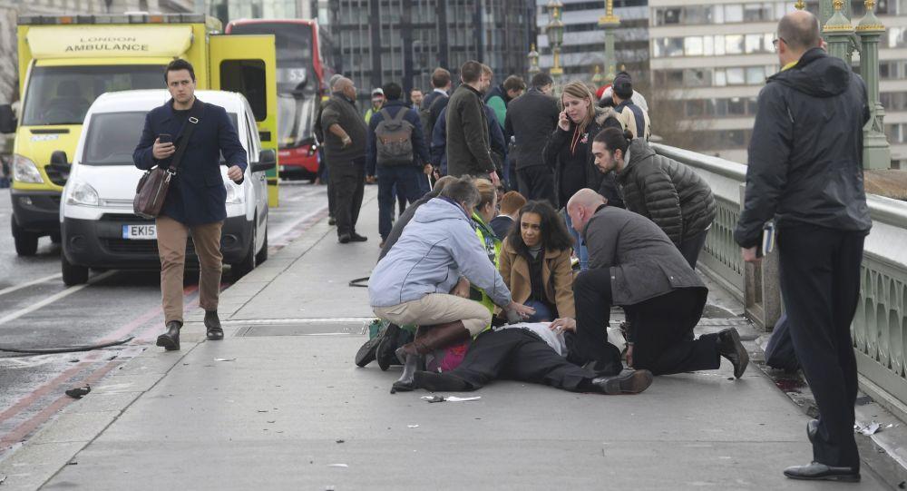Pomoc osobie poszkodowanej w rezultacie wjechania samochodu w przechodniów w Londynie