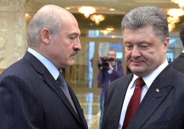 Prezydent Białorusi Aleksander Łukaszenka i prezydent Ukrainy Petro Poroszenko