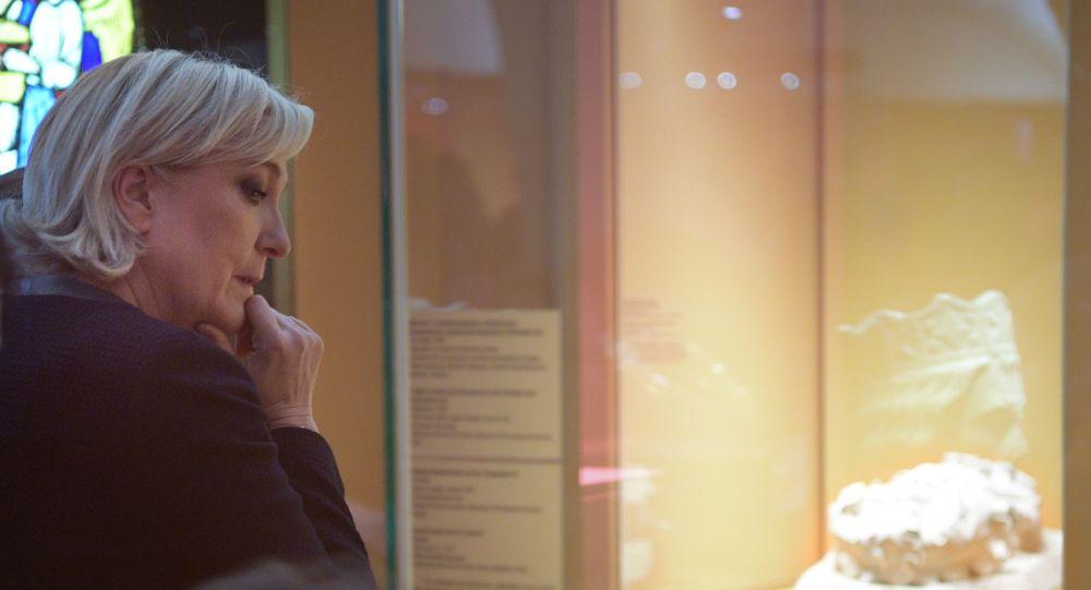 Liderka Frontu Narodowego i kandydatka na prezydenta Francji Marine Le Pen zwiedza muzeum na terenie Kremla przed spotkaniem z prezydentem Rosji Władimirem Putinem.