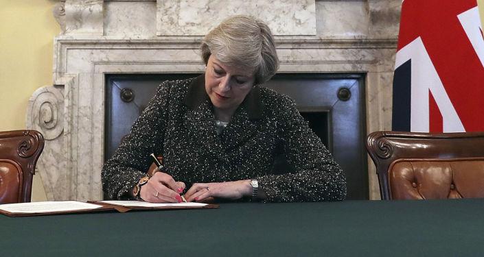 Premier Wielkiej Brytanii Theresa May podpisuje list do UE o wszczęciu procedury Brexitu