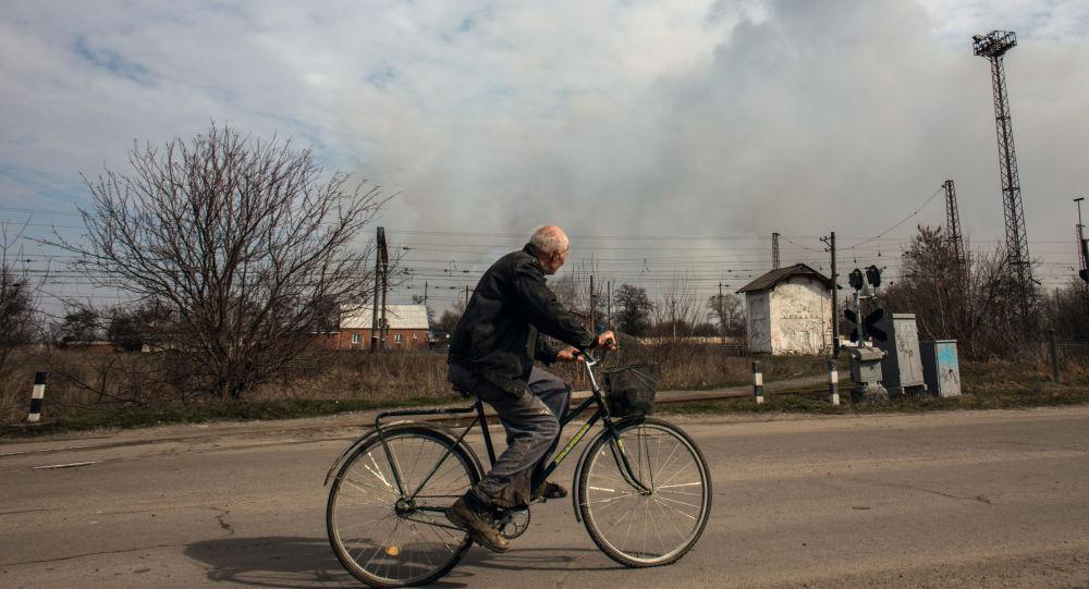 Mężczyzna na rowerze na jednej z ulic Bałakliji w obwodzie charkowskim