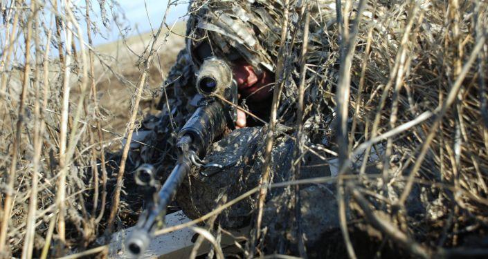 Powstaniec DRL podczas ćwiczeń na poligonie w rejonie starobeszewskim w obwodzie donieckim