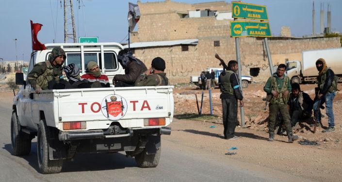 """Bojownicy wspierający prowadzoną przez Turcję w Syrii operację """"Tarcza Eufratu"""""""