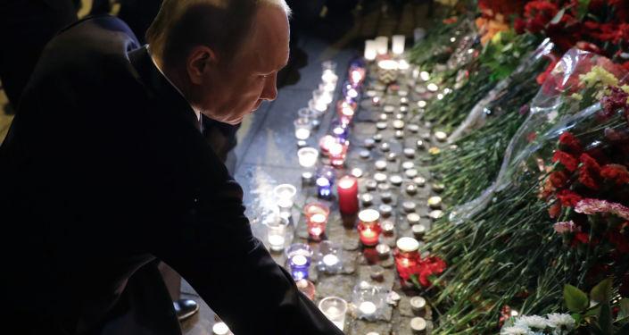 Władimir Putin składa kwiaty przy stacji metra Technologiczeskij Institut w Sankt-Petersburgu