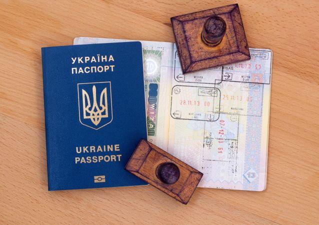Ukraiński paszport z pieczątkami poświadczającymi przekroczenie granicy