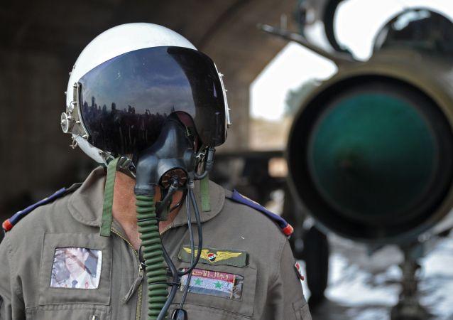 """Syryjski pilot w bazie lotniczej """"Hama"""" w Syrii"""