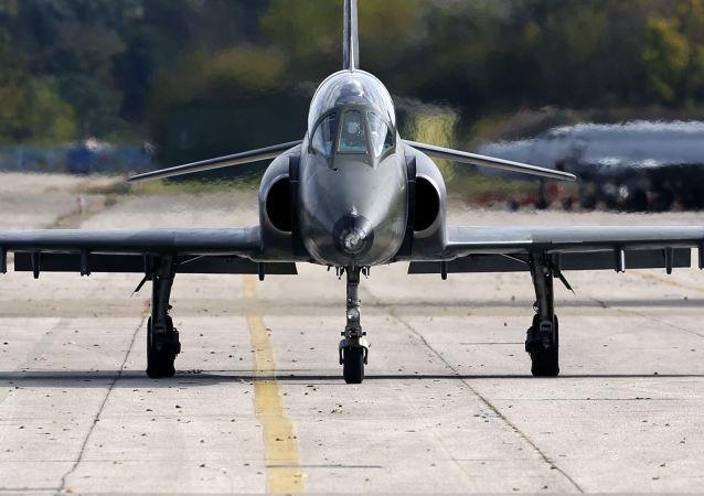 Dwumiejscowy samolot szkolno-bojowy jugosłowiańskiej produkcji Super Galeb G4. Zdjęcie archiwalne