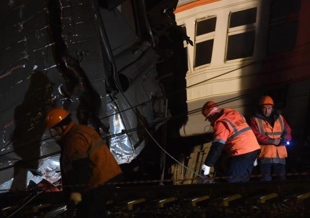 Zderzenie pociągów pasażerskiego i podmiejskiego na zachodzie Moskwy