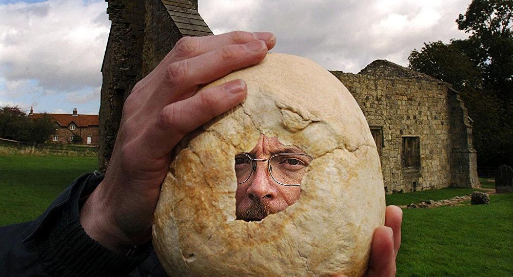 Brytyjski archeolog Simon Mays podczas wykopalisk w Wharram Percy