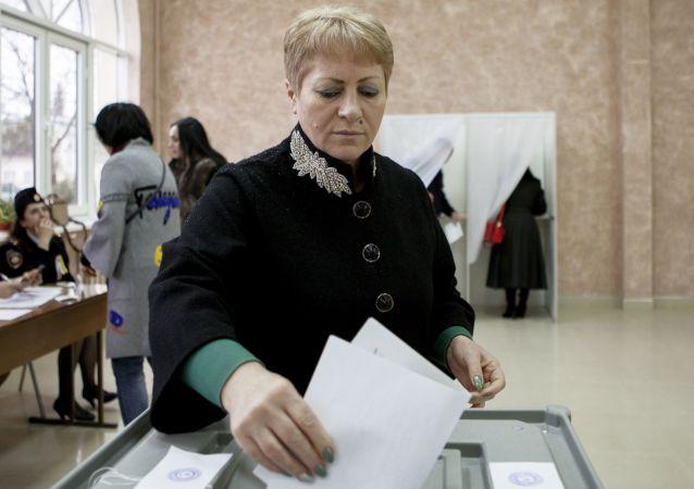 Mieszkańcy Cchinwału podczas głosowania w wyborach prezydenckich w Osetii Południowej i referendum w sprawie zmiany nazwy republiki na Państwo Alania