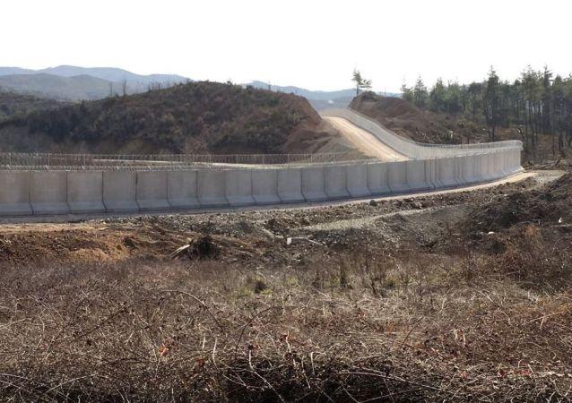 Turcja wybuduje betonową ścianę na granicy z Syrią o długości 556 km