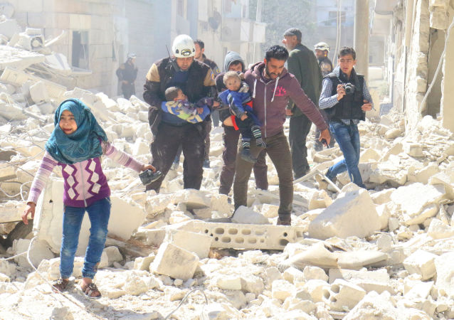 Wolontariusze Białych Hełmów i mieszkańcy szukają rannych w wyniku ataków na niekontrolowane przez syryjski rząd miasto Idlib