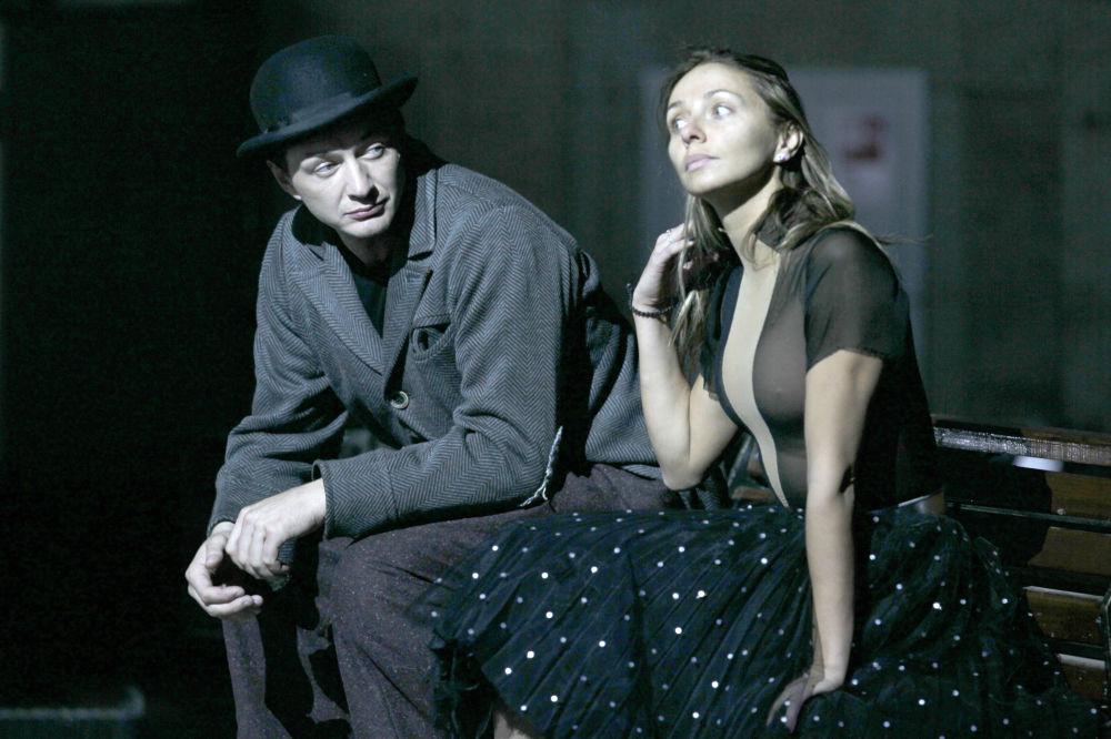 Aktor Marat Baszarow i Tatjana Nawka podczas próby generalnej spektaklu Światła wielkiego miasta.