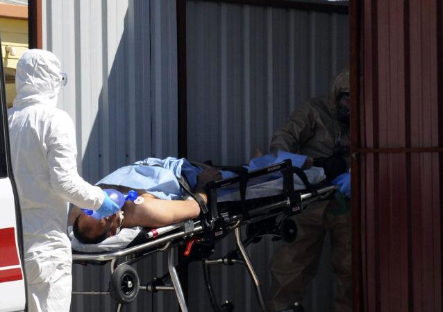 Tureccy medycy udzielają pomocy osobom zatrutym gazem toksycznym w syryjskiej prowincji Idlib