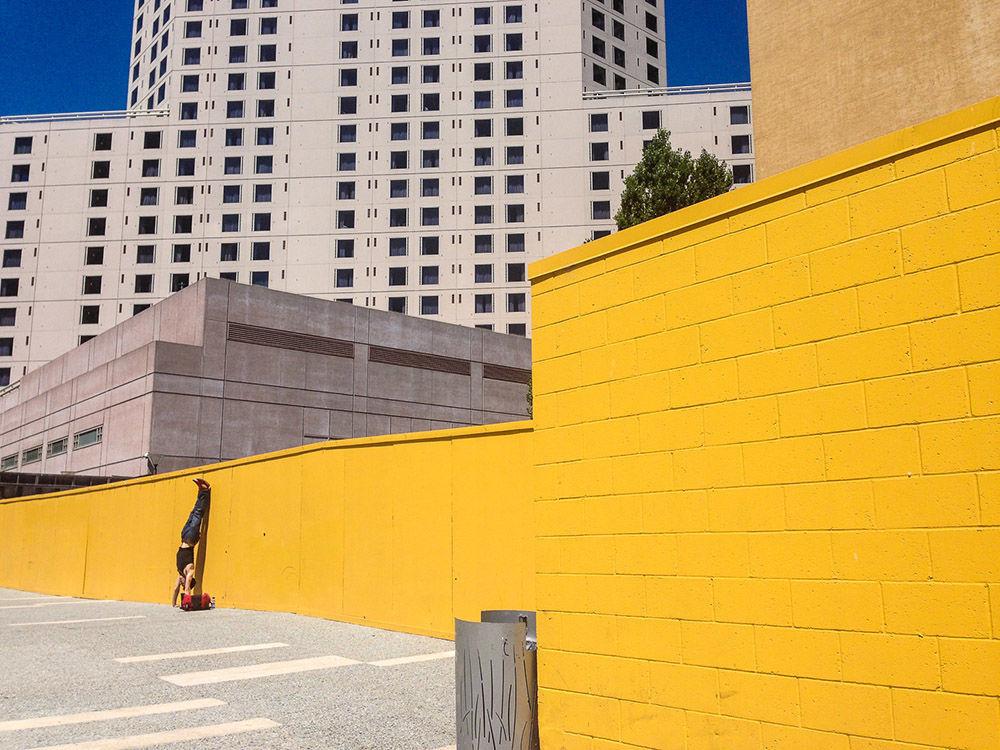 Zdjęcie Stójka na rękach. Autor: Suzanne Engelberg. Zwycięzca w kategorii Fotografia uliczna.