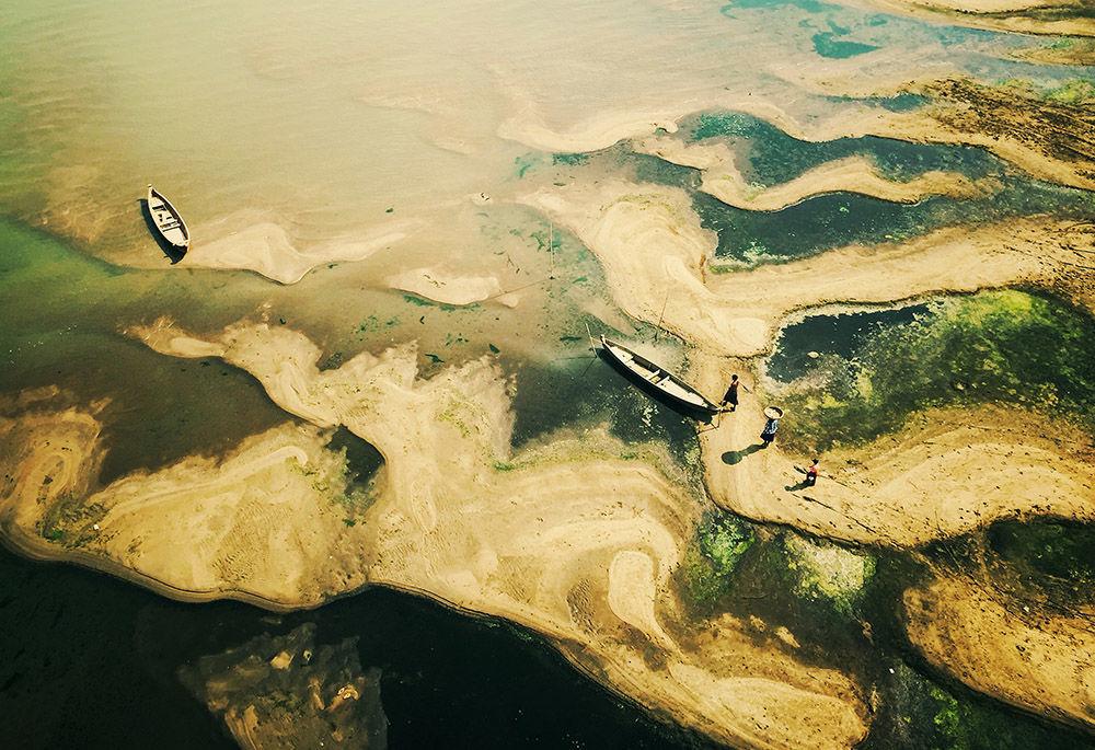 Zdjęcie Fishing for living. Autor: Zarni Myo Win. Zwycięzca w kategorii Podróży i przygody.