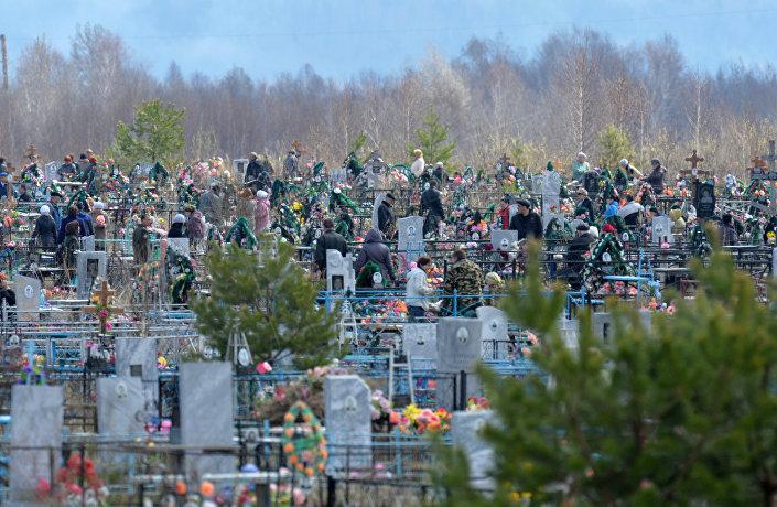 Odwiedzanie cmentarzy w dniu Radonicy w mieście Tara obwodu omskiego.