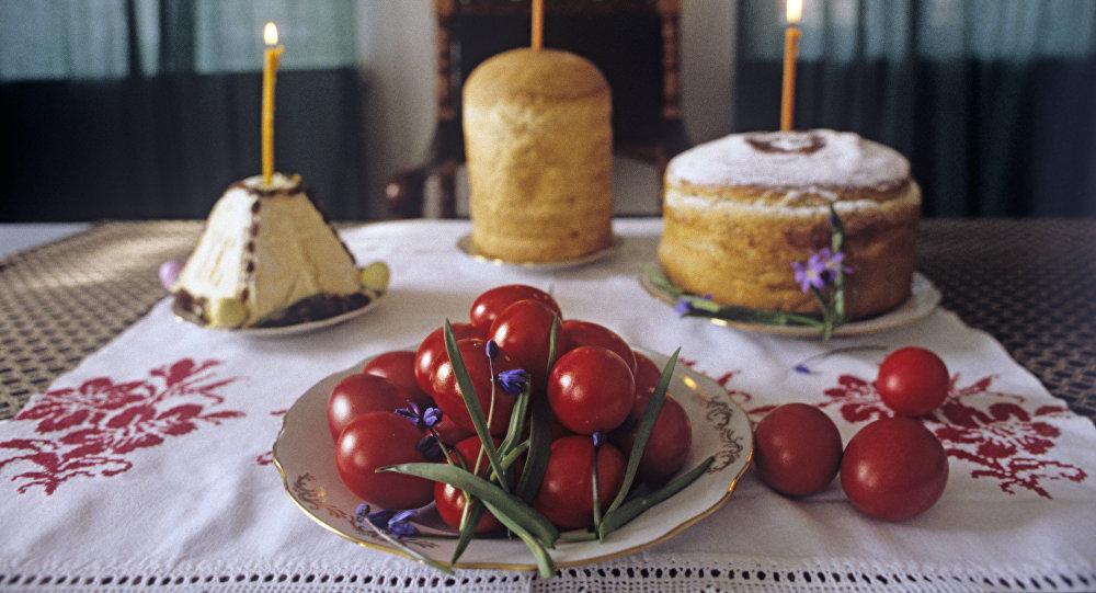 Pokarmy wielkanocne: jajka, kulicz i pascha.
