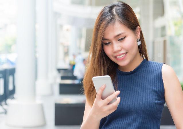 Naukowcy odkryli związek między przepukliną kręgosłupa a smartfonami