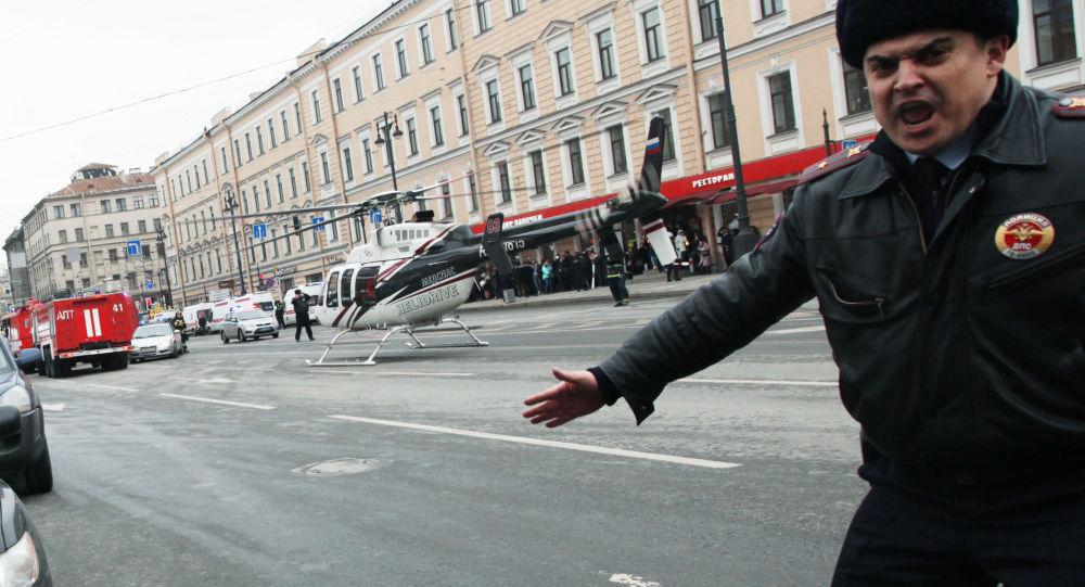 Policjant przy stacji metra Tiechnologiczeskij Institut w Petersburgu