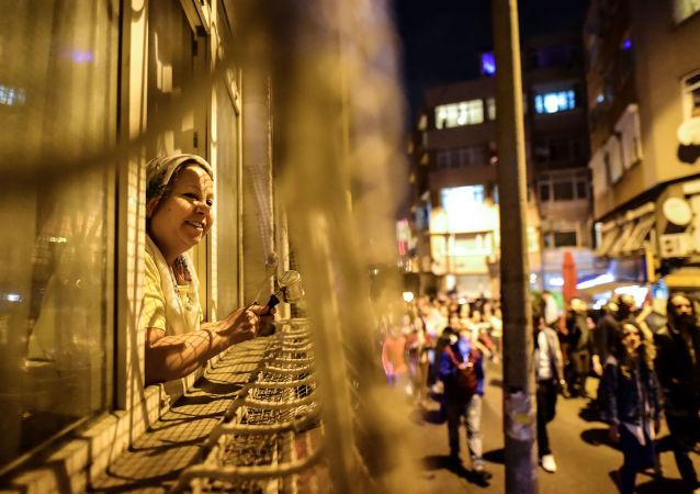 Przeciwnicy referendum podczas akcji protestacyjnej w Stambule