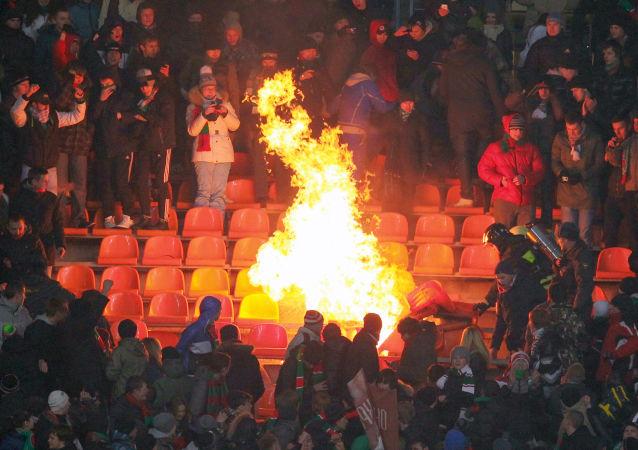 Kibice na trybunach podczas meczu Mistrzostw Rosji w Piłce Nożnej