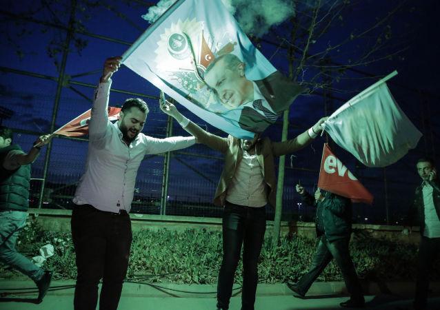 Zwolennicy systemu prezydenckiego w Turcji świętują zwycięstwo w referendum