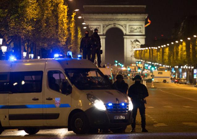 Policjanci na służbie w pobliżu miejsca strzelaniny w Paryżu