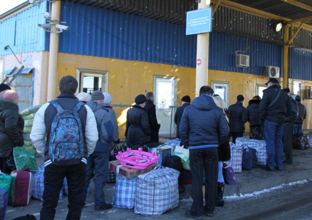 Ukraińscy uchodźcy w punkcie granicznym w obwodzie donieckim na granicy Ukrainy z Rosją