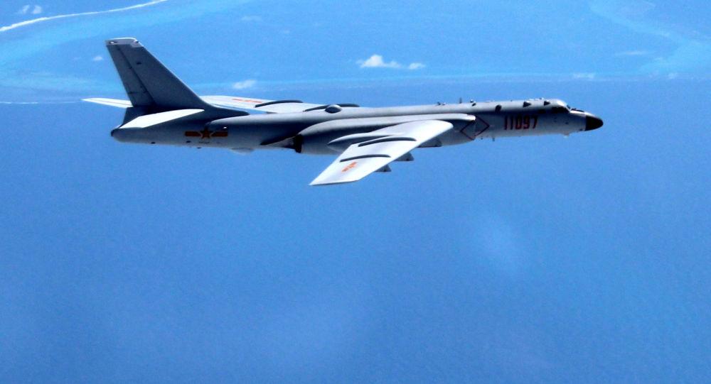 Chiński bombowiec H-6K nad Morzem Południowochińskim