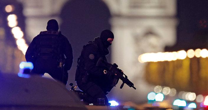 Policja w centrum Paryża po zamachu na Polach Elizejskich