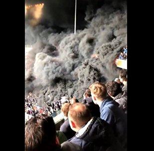 Czarna chmura dymu spowiła trybunę na meczu PSV Eindhoven - Ajax