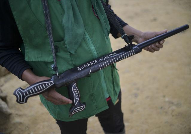Kolumbijczyk z bronią w ręku