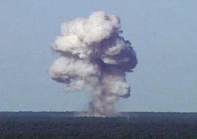 Wybuch amerykańskiej superpotężnej bomby nienuklearnej GBU-43 podczas testów na Florydzie