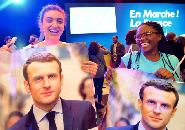 Zwolennicy Emmanuela Macrona podczas konferencji prasowej we Francji
