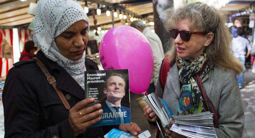 Zwolenniczka kandydata na prezydenta Francji, lidera organizacji En Marche Emmanuela Macrona uprawia agitację w Paryżu