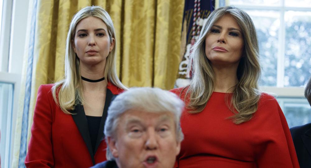 Córka prezydenta USA Ivanka Trump i jego żona Melania Trump słuchają jego przemówienia w Gabinecie Owalnym Białego Domu w Waszyngtonie