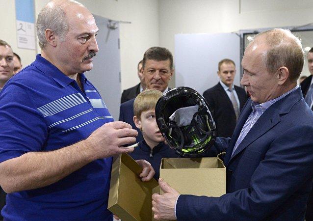Aleksander Łukaszenka wręcza prezent Władimirowi Putinowi