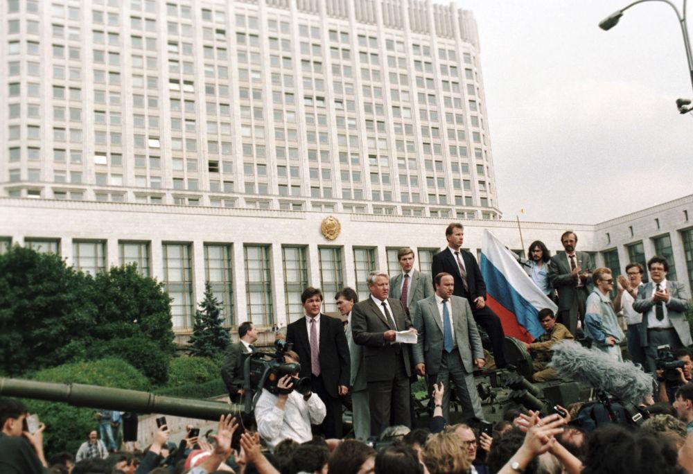 Borys Jelcyn pod budynkiem Rady Ministrów podczas Puczu Moskiewskiego w sierpniu 1991