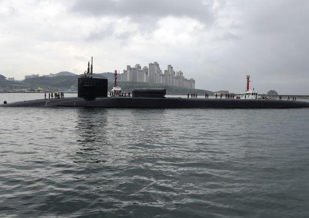 """Atomowy okręt podwodny """"Michigan"""" typu """"Ohio"""" w południowokoreańskim porcie Pusan"""