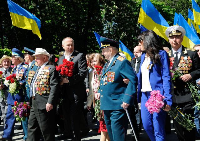 Ukraińscy weterani składają kwiaty na Wieczny Ogień w Parku Sławy w Kijowie