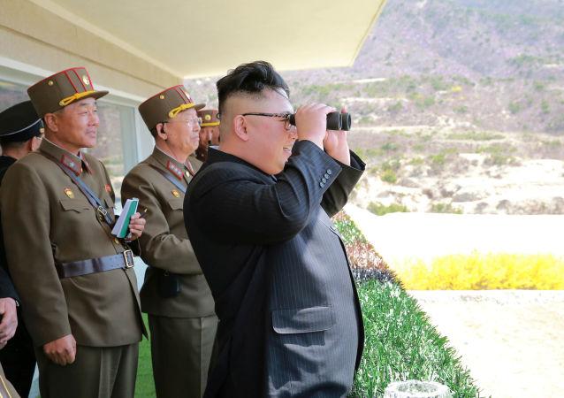 Północnokoreański przywódca Kim Dzong Un obserwuje ćwiczenia Koreańskiej Armii Ludowej
