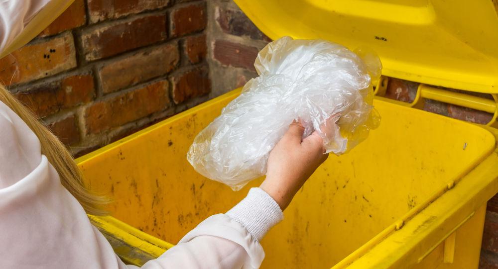 Kobieta wyrzuca plastik