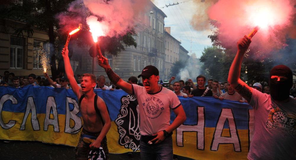Kibice przed meczem Dynama Kijów i Szachtar Donieck we Lwowie