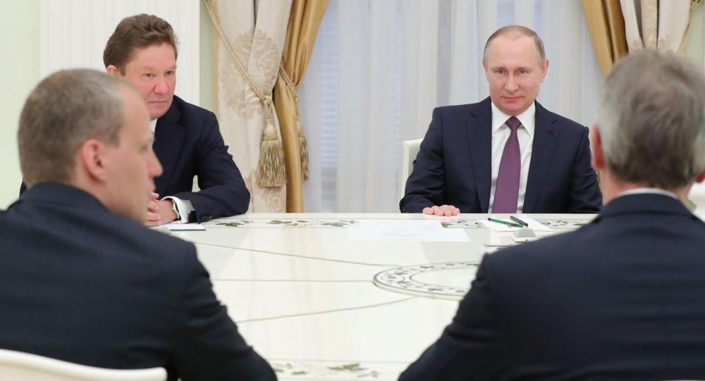 Prezydent Rosji Władimir Putin i prezes zarządu Gazpromu Aleksiej Miller na spotkaniu z dyrektorem generalnym spółki OMV Rainerem Seele