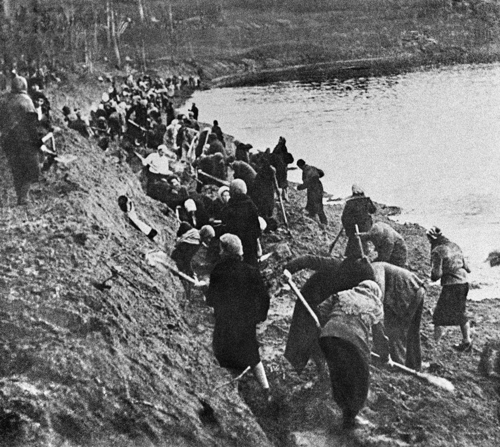Mieszkanki Moskwy budują rów obronny w 1941 roku.