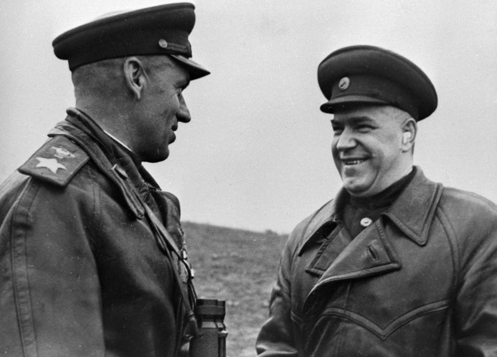 Dowódca 1. Frontu Białoruskiego marszałek Konstanty Rokossowski (z lewej) i сzłonek Sztabu Generalnego Armii Czerwonej marszałek Gieorgij Żukow w Polsce.