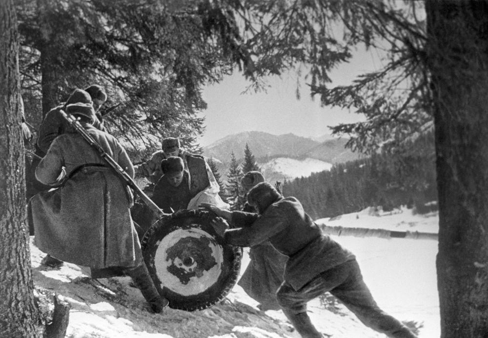 Żołnierze 4. Frontu Ukraińskiego pchają w górę lekką broń artyleryjską (1945 rok).