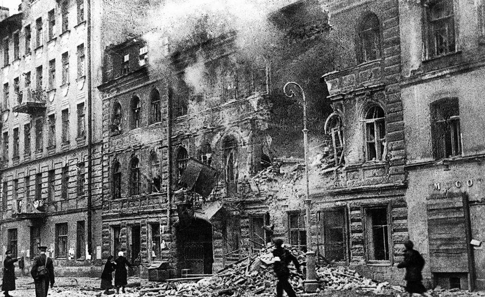 Leningrad podczas ostrzału artyleryjskiego w 1942 roku.