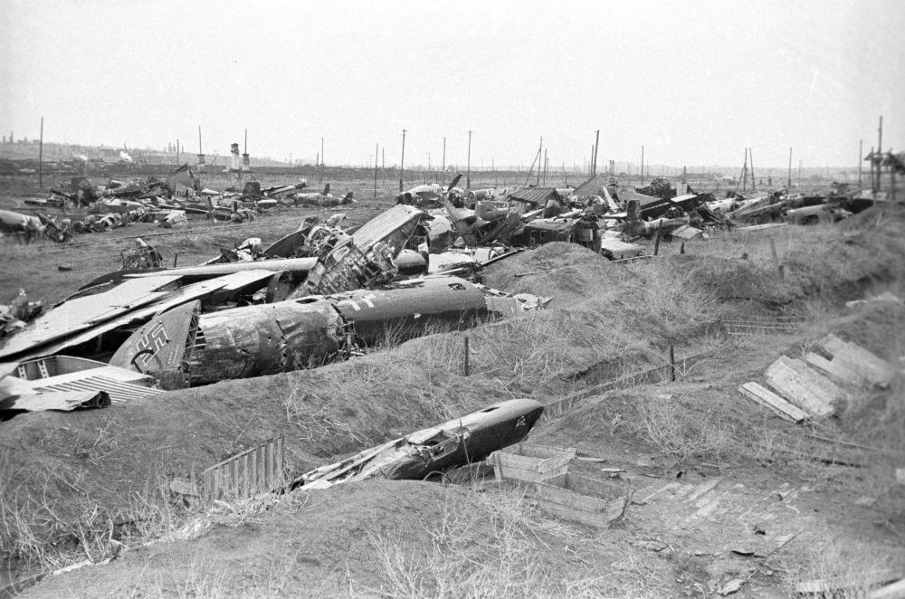 Zestrzelone samoloty faszystowskie podczas bitwy stalingradzkiej w 1943 roku.